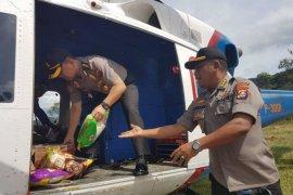 Polda Banten distribusikan logistik ke lokasi terisolasi gunakan helikopter