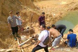 Polres Basel tertibkan tambang ilegal di kaki Bukit Muntai, empat orang berhasil diamankan petugas