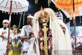 """Wagub Bali """"ngayah"""" Calonarang di Pura Penataran Bale Agung, Desa MaletTengah"""