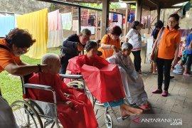 Panitia Cap Go Meh 2020 berbagi kegembiraan pada penghuni panti sosial