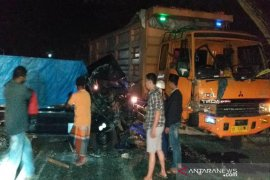 Sopir L-300 pick-up kritis setelah hantam truk di Aceh Timur