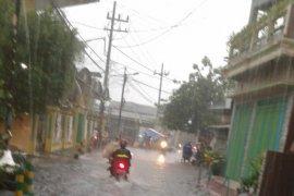 Hujan, sejumlah kawasan di Surabaya banjir
