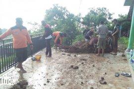 Tebing longsor terjang dapur dua rumah di Kediri