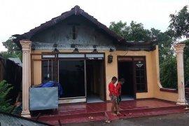 BPBD Sidoarjo serahkan bantuan terpal kepada korban angin kencang
