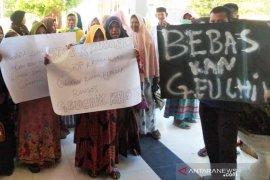 Warga demo Kantor Kecamatan Lhoksukon, tuntut kades dibebaskan