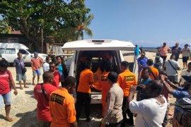Tim SAR Biak evakuasi mayat korban perahu motor terbalik di pulau Yapen