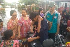 Layanan pemeriksaan kesehatan oleh GMSS -SKM diserbu korban banjir