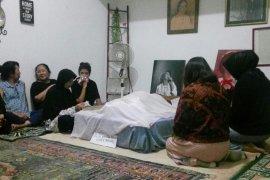Jenazah Ade Irawan dimakamkan satu liang lahat dengan suaminya