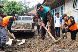 Pramuka bersihkan puing pascabanjir di Lebak