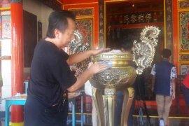 Jelang Imlek,  penganut Tri Dharma bersihkan kelenteng