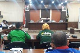 Tolak Omnibus Law CLK, buruh di Banten datangi DPRD