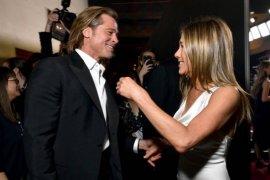 Brad Pitt tersenyum saat pandangi Jennifer Aniston di SAG Awards