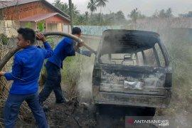 Satu unit mobil terbakar karena arus pendek dari kabel aki