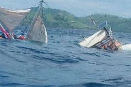 Kapal pinisi wisata yang ditumpangi  sejumlah wartawan terbalik dihantam ombak