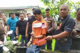 Ibu pembunuh hakim Jamaluddin menangis saat rekonstruksi tahap tiga