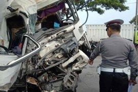 Kecelakaan antara truk tangki dan bus akibatkan tujuh orang luka