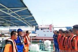 Tim penyelamat evakuasi penumpang KM Risfin Pratama
