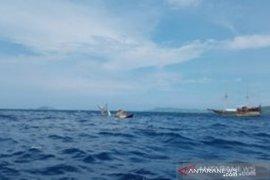 Penumpang kapal phinisi wisata yang terbalik dihantam ombak selamat