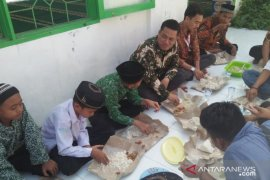 """Ketua Al Washliyah Tanjungbalai makan """"nasi ummat"""" bersama anak yatim"""