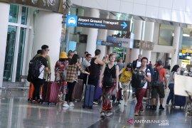 Turis mancanegara lalui Bandara Ngurah Rai Bali tumbuh 3 persen