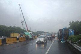 Bus Damri Soeta kecelakaan di Tol Sedyatmo arah bandara