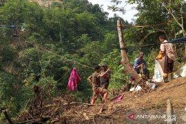 "Bantuan logistik ke kampung terisolasi Bogor disalurkan gunakan ""flying fox"""