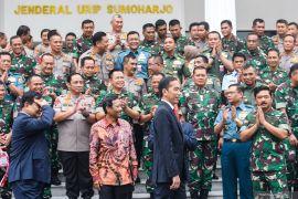 Joko Widodo akan menaikkan usia pensiun anggota TNI menjadi 58 tahun