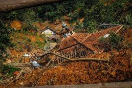 Tempat tinggalnya hancur, warga Cigobang  Lebak masih bertahan di posko pengungsian