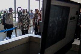 Gubernur Khofifah cek alat pendeteksi suhu tubuh di Bandara Juanda (Video)