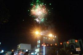 Masyarakat Pontianak antusias saksikan kemeriahan pesta kembang api di malam Imlek