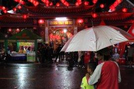 Meski di guyur hujan warga antusias ramaikan Imlek Page 3 Small
