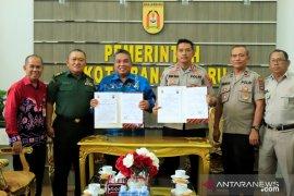 Wali Kota serahkan dana hibah pengamanan pilwali