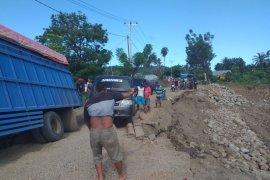 Truk bermuatan terperosok di jalan amblas lintas Gorontalo-Buol