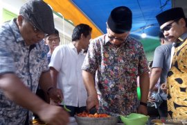 Gubernur Kaltara Irianto Lambrie buat sambal di lokasi pengungsian korban kebakaran