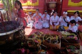 Persembahyangan Imlek di Bali