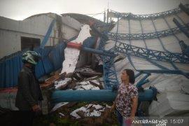 Puting beliung terjang Siborongborong, rumah hingga tribun pacuan kuda roboh