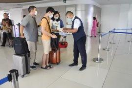 Petugas Bandara Juanda layani penumpang dari luar negeri wajib gunakan APD
