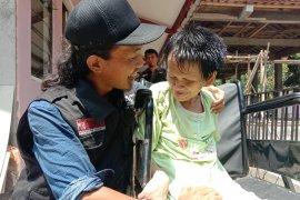 Relawan RMI-ACT potong rambut gimbal Mbah Iyah