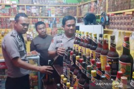 Polres Bogor sita 196 botol minuman keras dan 99 liter oplosan