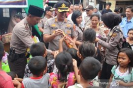Anak-anak korban kebakaran sambut riang bantuan Polres Sibolga