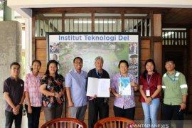 """TPL-IT Del dukung penelitian dua mahasiswa """"particle board"""" berbahan """"sludge"""" dari sisa hasil produksi"""