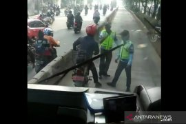 Polisi tilang PNS setelah lawan petugas lantaran  terobos jalur busway