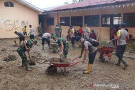 TNI dan Brimob gotong royong bersihkan lumpur