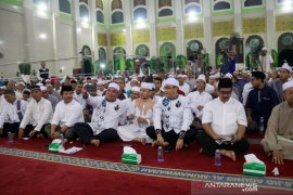 Wali kota dan wawali foto bersama ustadz Das'ad Latif
