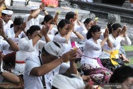 Pelaku pariwisata Bali bersembahyang mohon dijauhkan dari  Virus Corona