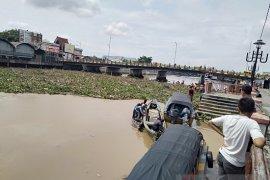 Sampah terus mengalir ke Sungai Martapura  Banjarmasin