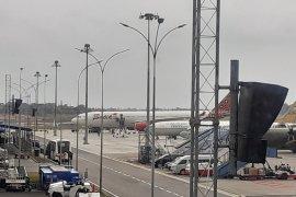 Petugas semprotkan cairan khusus pada WNI dari Wuhan saat tiba di Bandara Batam