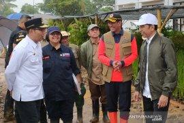 Jokowi tanam bibit akar wangi untuk cegah longsor di Sukajaya Bogor