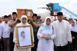 Gubernur Jatim sambut kedatangan jenazah Gus Sholah di Bandara Juanda