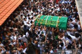 Pemakaman Gus Sholah